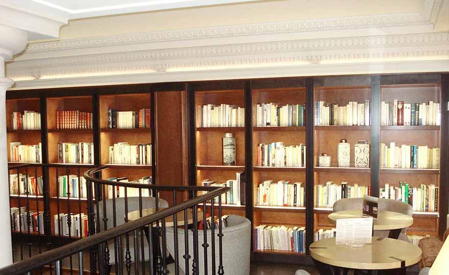 Projets - Aménagement de la bibliothèque avec lumières intégrées.